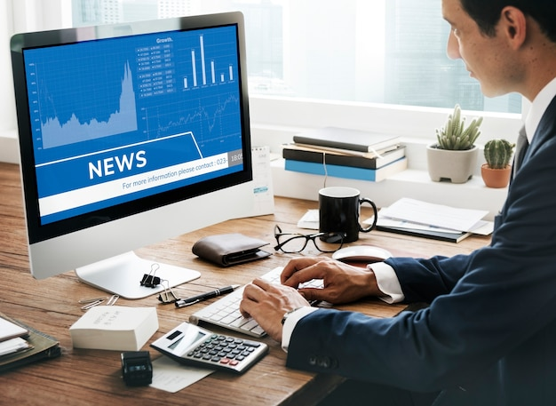 Homem procurando notícias do mercado de ações no computador