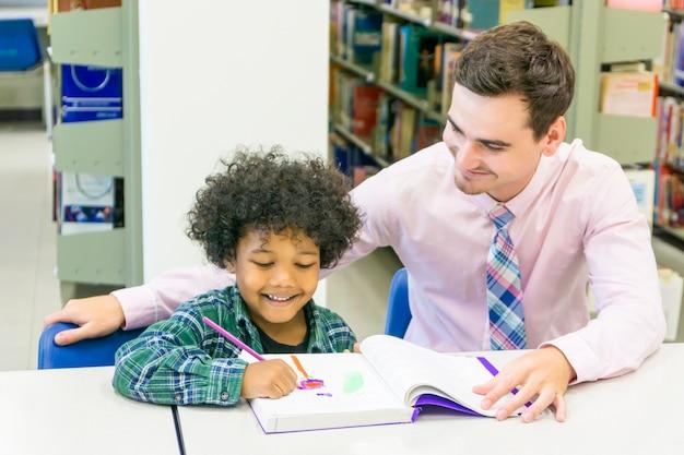 Homem professor e garoto estudante aprender com o livro no fundo da estante