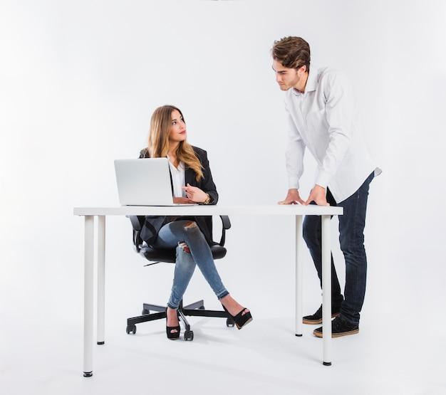 Homem profissional olhando o laptop