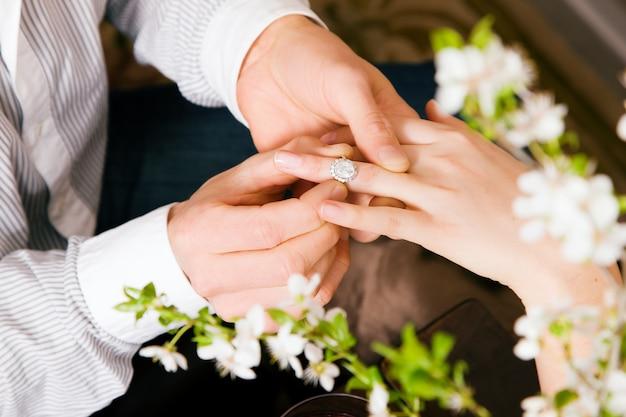 Homem prometendo casamento para mulher