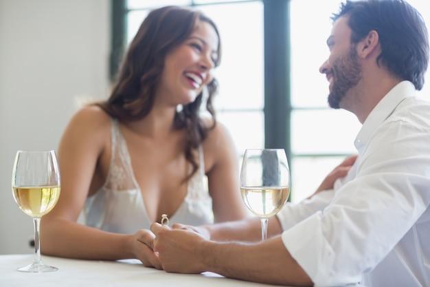 Homem propõe uma mulher com um anel