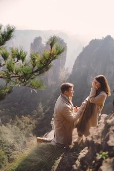 Homem propõe uma namorada no parque florestal nacional de zhangjiajie