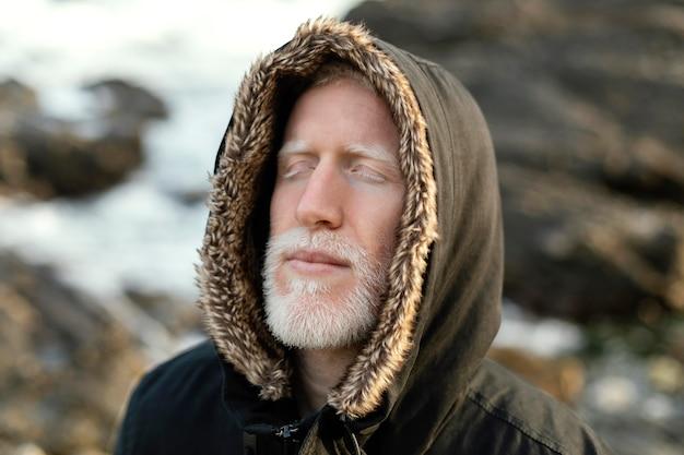 Homem próximo à beira-mar