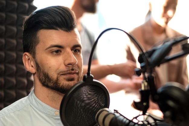 Homem próximo na estação de rádio