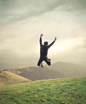 Homem pulando feliz na natureza
