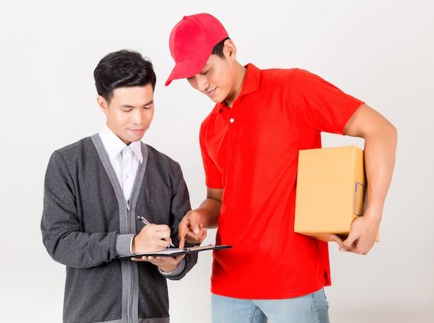Homem que aceita uma entrega das caixas do correio do serviço de entrega. isolado em um fundo branco.