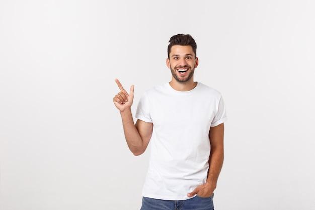 Homem que aponta mostrando o espaço da cópia isolado. casual bonito caucasiano jovem.