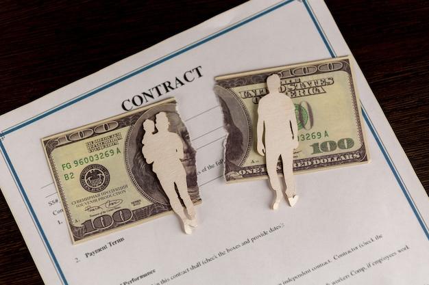 Homem que assina o contrato de casamento, closeup.
