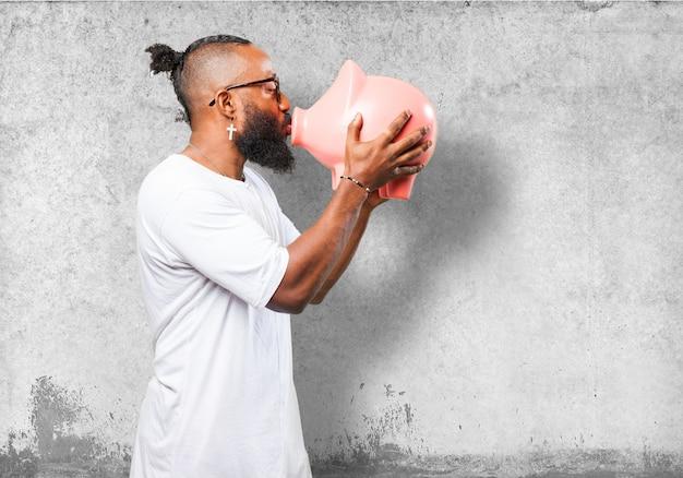 Homem que beija um banco piggy