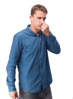 Homem que cobre o nariz