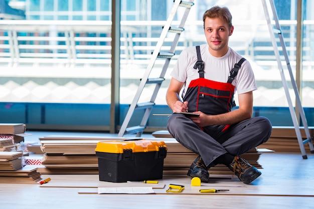 Homem que coloca o revestimento estratificado no conceito da construção