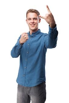 Homem que faz chifres com uma mão