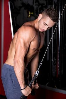 Homem que faz o tríceps musculares