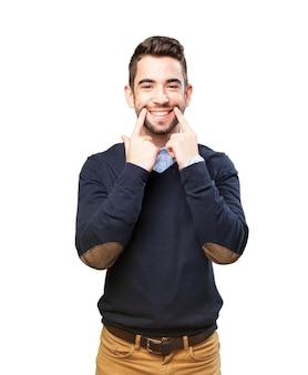 Homem que faz um sorriso com os dedos