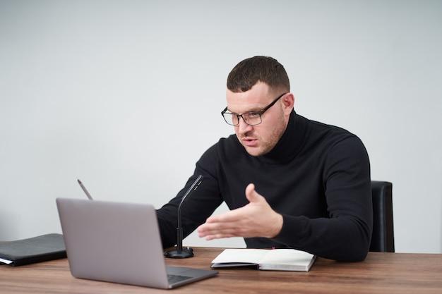Homem que filma o blog de vídeo na câmera com tripé para seguidores on-line. nas mídias sociais, influenciador, novas tecnologias, comunicação e conceito de internet