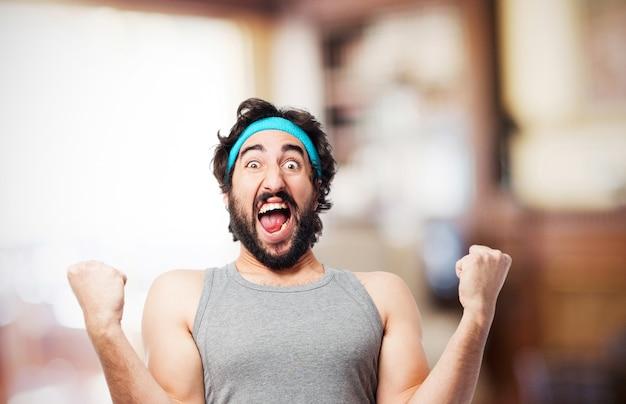 Homem que grita com a cara de satisfação