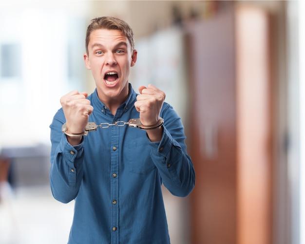 Homem que grita com algemas