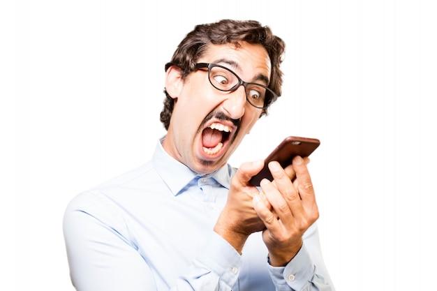 Homem que grita em seu telefone