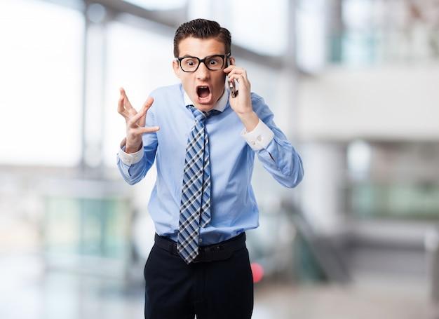 Homem que grita para celular