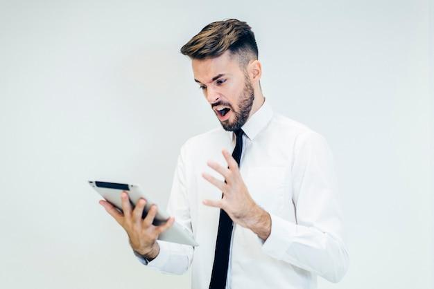 Homem que grita para um tablet