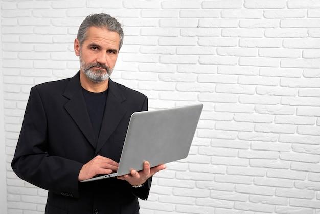 Homem que guarda o caderno, levantando no estúdio.