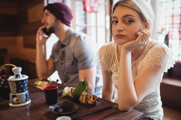 Homem que ignora a mulher enquanto fala no telefone