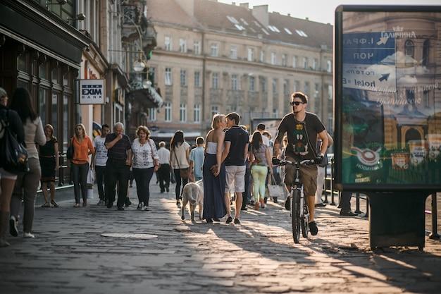 Homem que monta sua bicicleta na rua