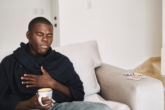 Homem que parece africano em casa tratamento de problemas de saúde