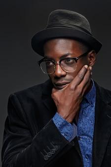 Homem que pensa com óculos e chapéu