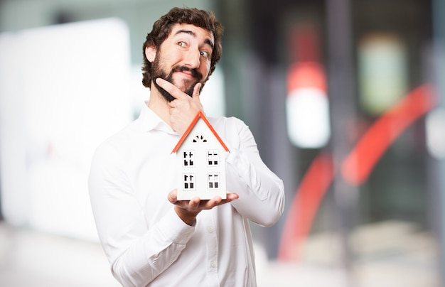 Homem que pensa com uma casa