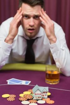 Homem que perde sua casa no jogo de poker