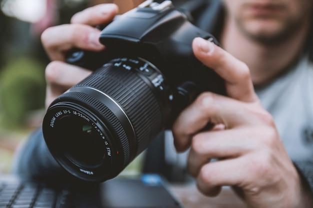 Homem que prende uma câmera