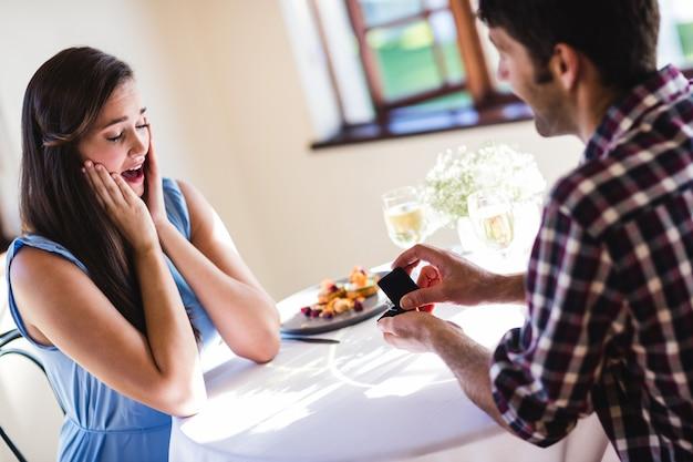 Homem que propõe a mulher em um restaurante