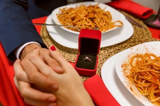 Homem que propõe namorada com anel de diamante