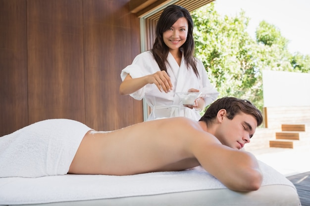 Homem que recebe tratamento no centro de spa