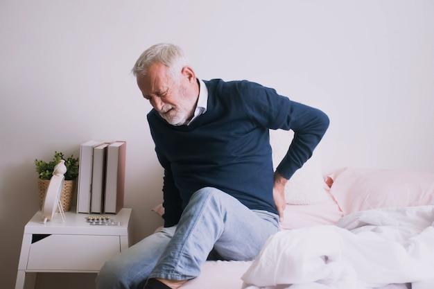 Homem que sofre de dor nas costelas ou dor na cintura.