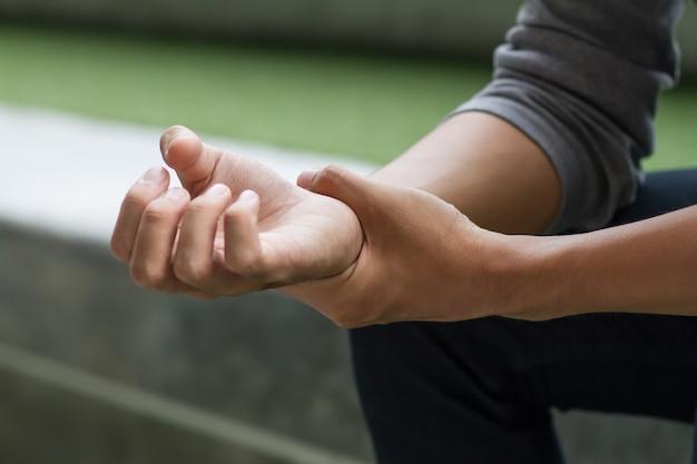 Homem que sofre de dor no punho, síndrome do túnel do carpo ou cts