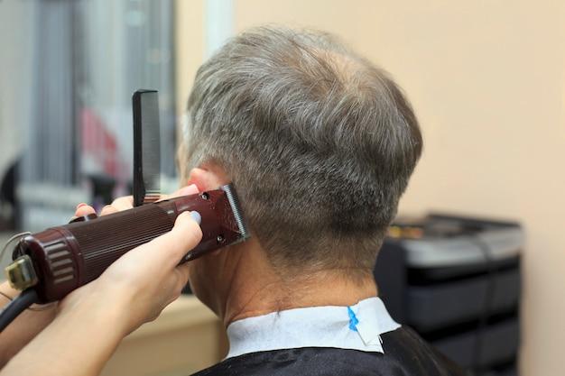 Homem que tem um corte de cabelo de cabeleireiro. close-up, quadro, de, raspar, um, sênior, equipa, cabeça