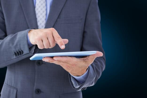 Homem que toca em um tablet