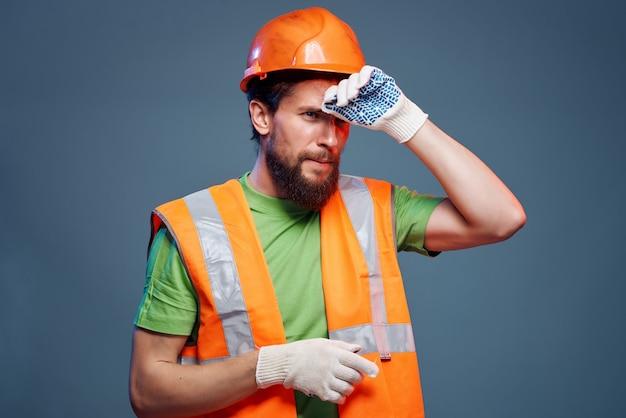 Homem que trabalha a profissão de uniforme protetor de fundo isolado da indústria