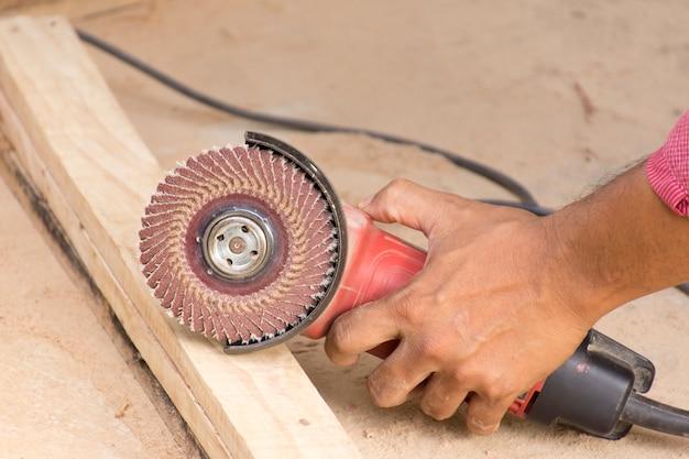 Homem que trabalha com chippers no chão de cimento adequado para ferramenta de artesão de fundo