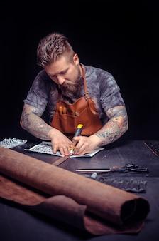 Homem que trabalha com couro, interessado em um negócio em sua área de trabalho.