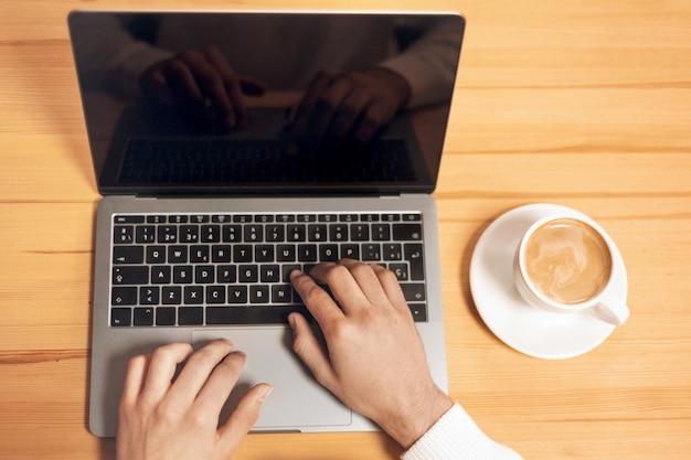 Homem que trabalha com laptop