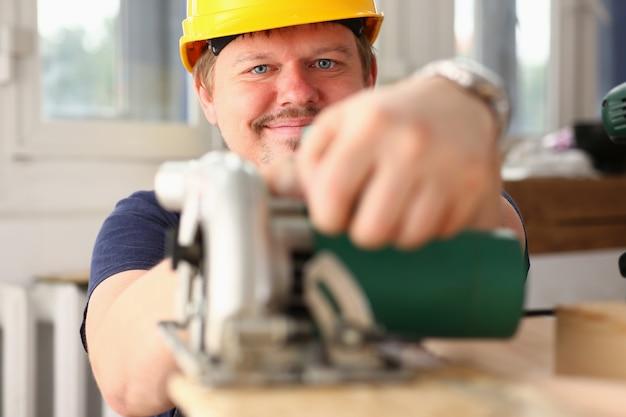 Homem que trabalha com serra elétrica