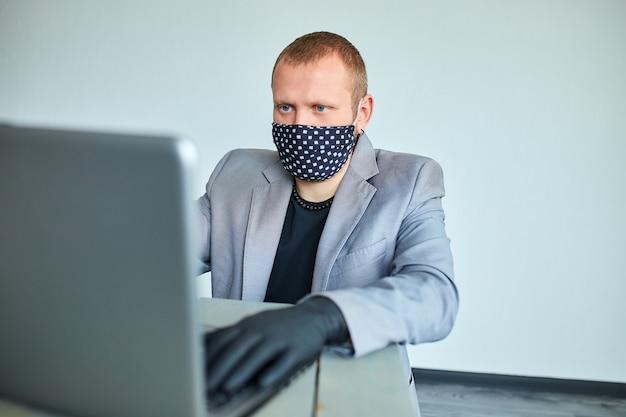 Homem que trabalha em casa porque o coronavírus. homem de negócios em quarentena por coronavírus. trabalhando em casa