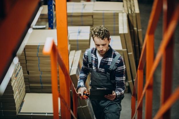 Homem que trabalha em uma fábrica de papelão