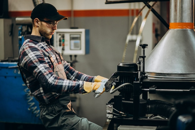 Homem que trabalha na fábrica de aço e equipamentos para produção de aço