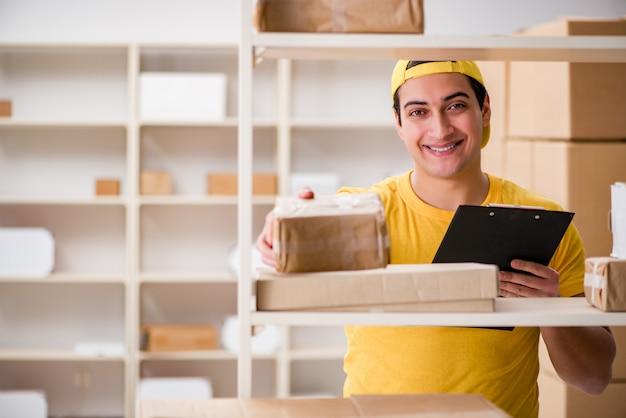 Homem que trabalha no escritório de serviço de entrega de encomendas postais