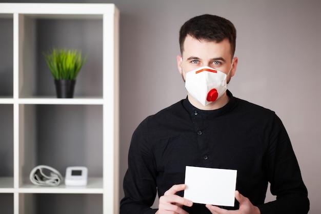 Homem que trabalha no escritório usando uma máscara de proteção contra coronavírus
