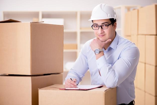 Homem que trabalha no serviço de realocação de entrega de caixa